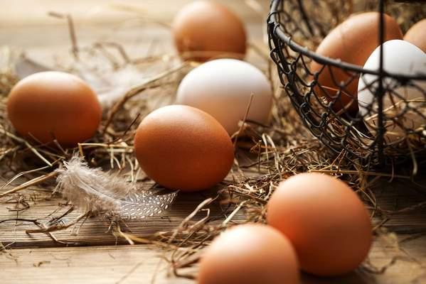 Braune und weiße Eier im Korb