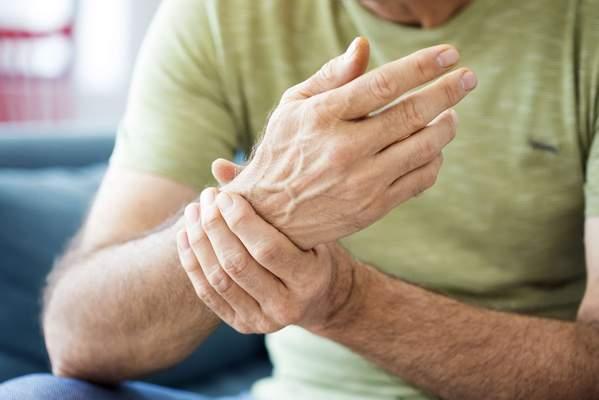 Mann hat Schmerzen im Handgelenk