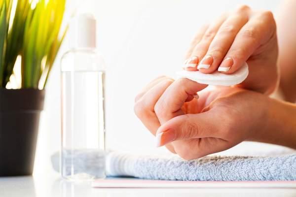 Frau bei der Nagelpflege