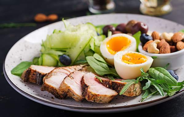 Ketogene Mahlzeit: Salat, Fleisch, Eier, Nüsse