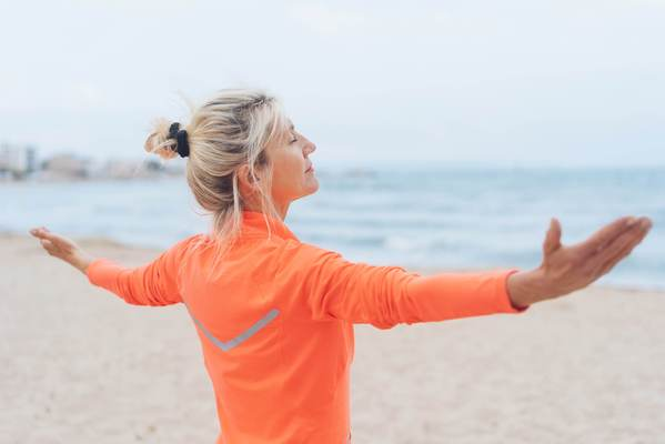 Frau in den Wechseljahren am Strand