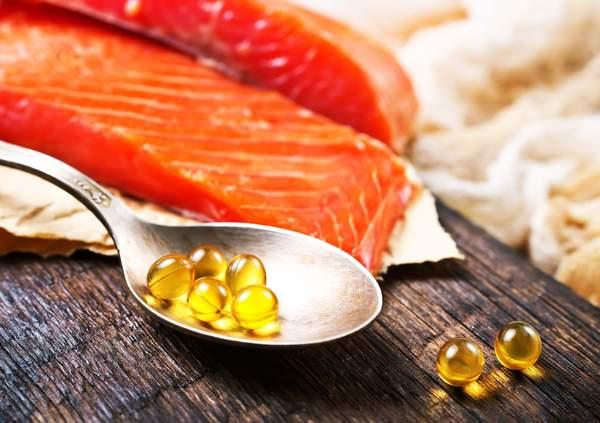 Lachsfilet und Fischöl-Kapseln mit Omega 3