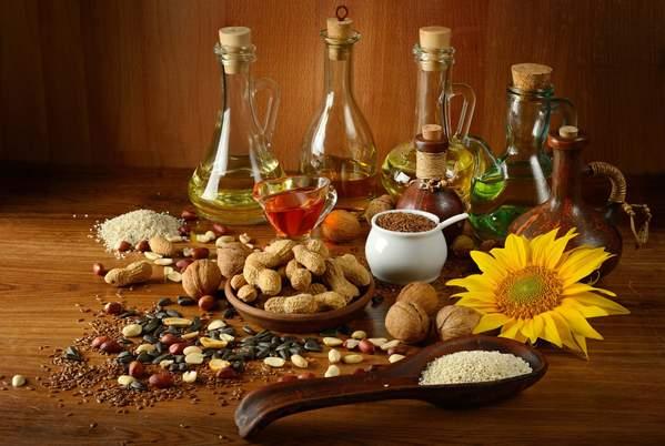 Nüsse, Saaten und Pflanzenöle mit vielen Omega-Fettsäuren