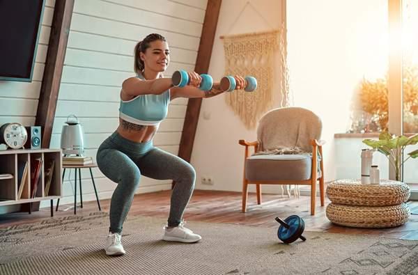 Abnehmen ohne Muskelabbau: Frau macht zuhause Krafttraining