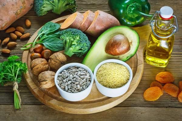 Lebensmittel mit viel Vitamin E: Grünes Gemüse, Nüsse, Pflanzenöl