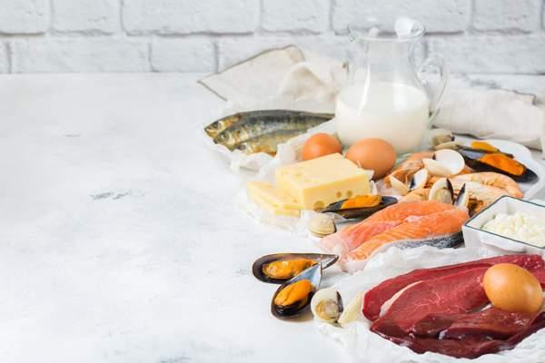 Lebensmittel mit Vitamin B12: Fleisch, Eier, Käse, Fisch und Schalentiere