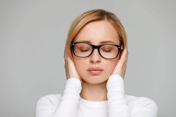 Tinnitus: Frau hält sich die Ohren
